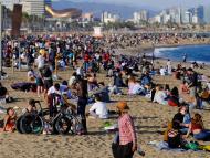 Playa llena en Barcelona