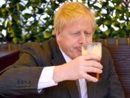 El primer ministro del Reino Unido, Boris Johnson, bebe una cerveza.