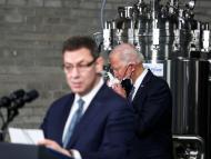 En primer plano, el CEO de Pfizer, Albert Boula. Por detrás, el presidente de Estados Unidos, Joe Biden.