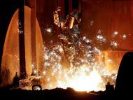 Trabajador en una fábrica de acero