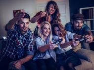 Amigos jugando a videojuegos juntos