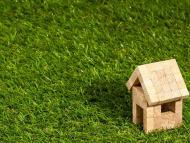 Una casa de madera diminuta.