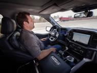 Un coche de Tesla con conductor asistido