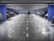 Coches aparcados en un garaje