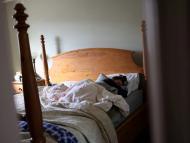Una mujer con COVID-19 prolongado descansa.