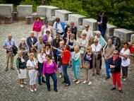 Grupo de personas mayores de viaje