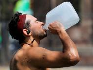 hombre bebiendo agua, calor extremo
