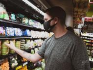 hombre comprando procesados en el supermercado