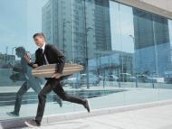 Un hombre corriendo hacia su trabajo