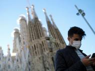 Un hombre con un smartphone delante de la Sagrada Familia de Barcelona.