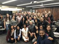 Imagen del CEO de Uber, Dara Khosrowsahi, en la oficina junto a otros 40 empleados