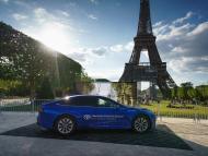 Imagen del Toyota Mirai de hidrógeno que ha recorrido 1.003 kilómetros con un solo depósito, junto a la Torre Eiffel