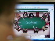 Un jugador online juega una partida de póker