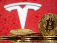 Logotipo de Tesla con monedas con el símbolo del bitcoin.