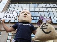 Un manifestante con una máscara que imita a Mark Zuckerberg durante una manifestación en Bruselas en 2018