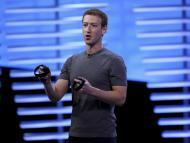 Mark Zuckerberg con los controles de las Oculus Quest