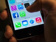 Un móvil con la aplicación de WhatsApp