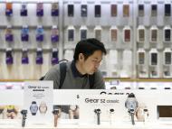 Móviles y relojes inteligentes en una tienda