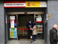 Una mujer delante de una Oficina de Empleo en Madrid.