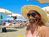 Una mujer con gafas de sol y mascarilla