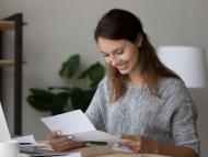Una mujer joven revisando sus cuentas