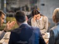 Una mujer se lamente en una entrevista de trabajo.