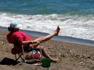 Una mujer tomando el sol en la playa