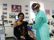Un paciente con coronavirus recuperado es vigilado por el personal médico del Departamento de Cardiología Rehabilitadora de la ASL 3 de Génova el 22 de julio de 2020.