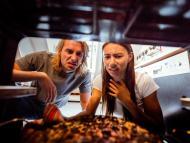 Una pareja pone mala cara al ver que la comida se le ha quemado en el horno.