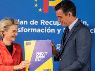 La presidenta de la Comisión Europea, Ursula von der Leyen, y el del Gobierno español, Pedro Sánchez, tras la aprobación del plan de recuperación