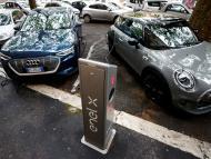 Un punto de recarga de vehículos eléctricos en Roma (Italia)