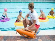 Una socorrista en una piscina