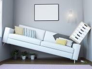 Un sofá, una cajonera y varios tiestos en un salón muy pequeño.