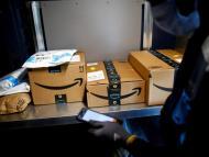 Un trabajador de Amazon entregando paquetes