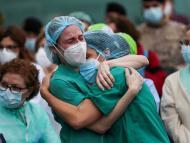 Unas enfermeras de un hospital de Leganés llorando