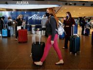 Unas personas transitan por un aeropuerto.