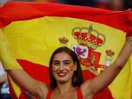 Chica con una bandera de España.