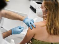 Una chica recibe una vacuna contra el COVID-19.