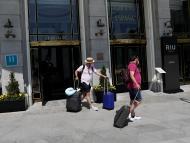 Dos turistas abandonan un hotel