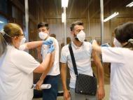 Enfermeras poniendo la vacuna contra el coronavirus