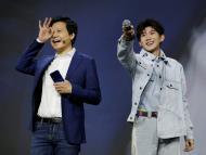 El fundador y CEO de Xiaomi, Lei Jun, y el cantante Wang Yuan, asisten a una ceremonia de lanzamiento del nuevo teléfono insignia Xiaomi Mi 9 en Beijing en 2019