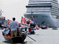 Los habitantes de Venecia celebran una protesta para exigir el fin del paso de cruceros por la ciudad a 5 de junio de 2021.