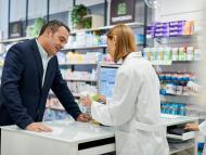 Un hombre comprando medicamentos en una farmacia