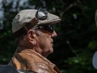 Un hombre conduce con gafas de sol y otras gafas en la cabeza.