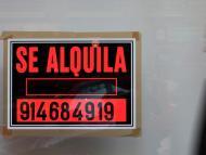 Un hombre pasa ante el anuncio de un inmueble en alquiler en Madrid