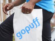 Imagen de un repartidor con una bolsa de GoPuff
