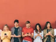jóvenes utilizando móvil