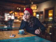 Mujer con un café pensatriva