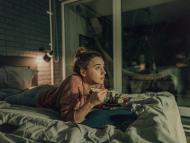 mujer cenando en la cama