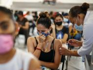 Una mujer recibe una dosis de una de las vacunas desarrolladas contra el COVID-19.